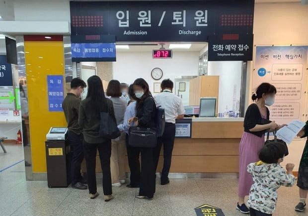 지난 24일 서울 종로구의 한 병원을 찾아 단체로 독감 예방접종을 접수하는 사람들./사진=이미경 기자