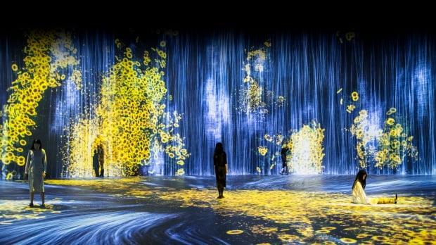 팀랩의 '물입자의 우주'와 '꽃가 사람, 제어할 수 없지만 함께 살다'. 문화창고 제공