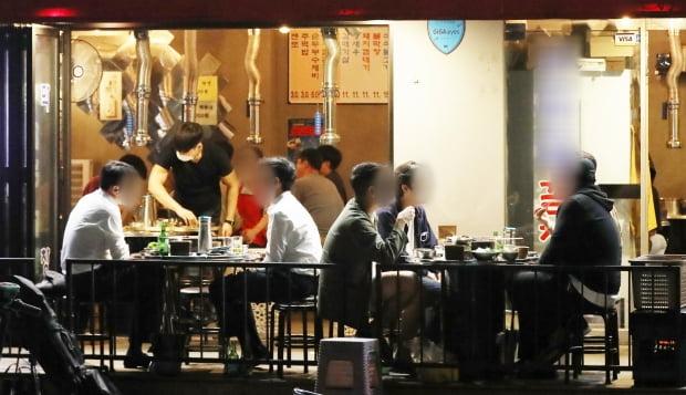 서울 종로구 일대의 한 술집에 사람들이 모여있다. 사진=뉴스1