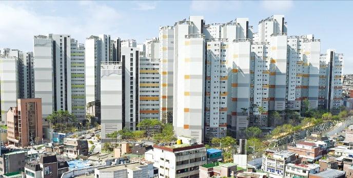 홍남기 부총리가 최근 한달 동안 3억원이 떨어졌다고 발표한 마포래미안푸르지오 아파트. (사진=한경 DB)