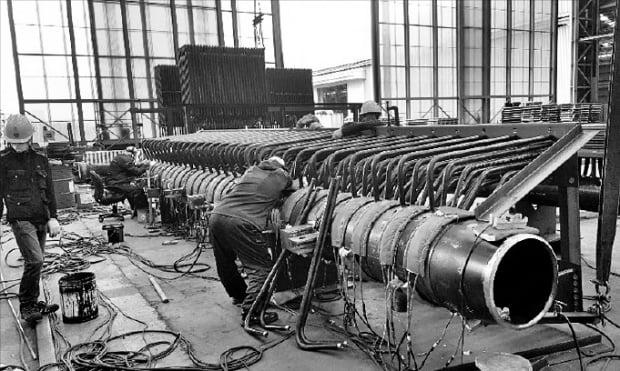 수도권 한 화력발전 부품공장에서 직원들이 화력발전용 보일러 튜브 용접을 하고 있다.  안대규  기자