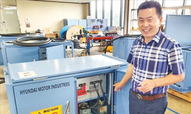 원동석 현대모터산업 대표가 크레인, 굴착기 등에 적용이 가능한 양방향 인버터를 설명하고 있다.