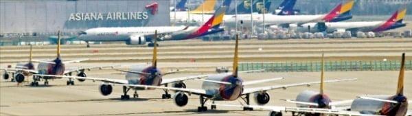 아시아나항공의 새 주인 찾기가 원점으로 돌아갔다. 인천국제공항 계류장에 아시아나항공 여객기가 멈춰 서 있다. /한경DB