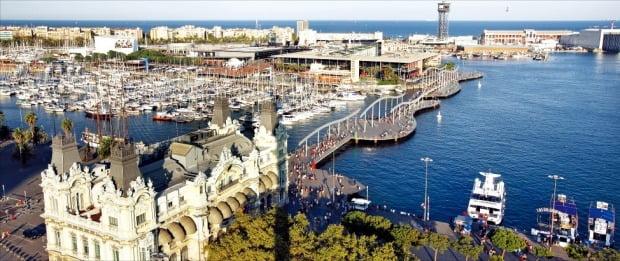 콜럼버스의 신대륙 발견 이후 쏟아져 들어온 금과 은으로 스페인은 번영을 누렸다. 스페인 바르셀로나의 관광지인 람블라스 거리의 끝에 위치한 콜럼버스의 기념탑에 오르면 항구의 전경을 감상할 수 있다.  한경DB