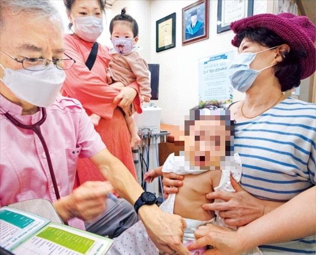 인플루엔자(독감) 국가예방접종 시행 첫 날인 지난 8일 오전 서울 송파구의 한 소아병원에서 의사가 독감 접종을 하고 있다.