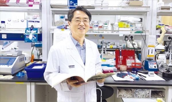 권희충 젠셀메드 대표가 서울 공릉동 본사 연구소에서 항암바이러스 신약 개발 계획을 설명하고 있다.  젠셀메드 제공