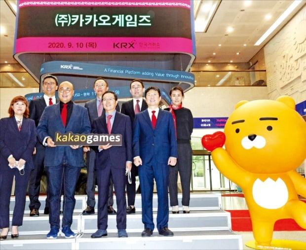 코스닥시장에 10일 입성한 카카오게임즈의 남궁훈 각자대표(앞줄 왼쪽 두 번째)와 조계현 각자대표(세 번째) 등이 서울 여의도 한국거래소에서 상장을 자축하고 있다.  /뉴스1