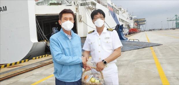 이강덕 포항시장(왼쪽)이 지난 11일 영일만항에서 이종열 이스턴 드림호 선장에게 러시아-일본 간 국제 카페리 취항을 축하하고 있다.  포항시 제공