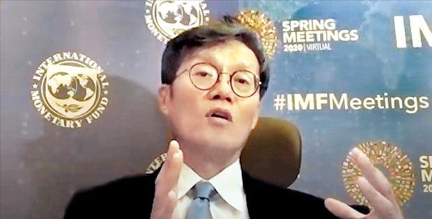 이창용 국제통화기금(IMF) 아시아태평양 담당 국장이 16일 자본시장연구원이 온라인(비대면)으로 연 '포스트 코로나 시대 경제환경 변화와 금융의 역할' 콘퍼런스에서 주제발표를 하고 있다.  /오형주  기자