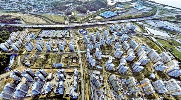 서울 강동구 고덕강일지구에서 다음달부터 내년 상반기까지 아파트 2100가구가 공급된다. 하늘에서 내려다본 지구 전경.  한경DB