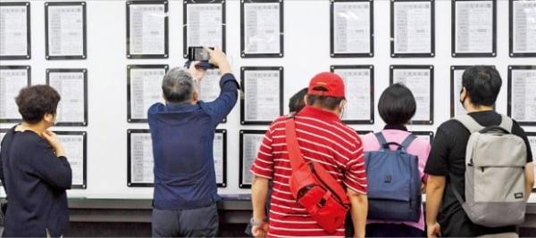노인일자리 등 정부가 재정을 투입해 창출한 일자리가 총체적으로 부실하다는 평가를 받았다. 지난 9일 도화동 서울서부고용센터에서 구직자들이 일자리정보 게시판을 훑어보고 있다.   신경훈  기자  khshin@hankyung.com
