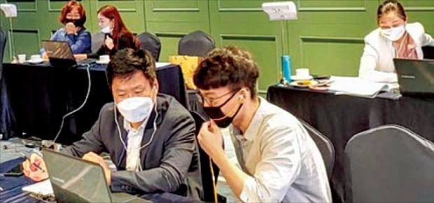 지난 8월 아바니 센트럴 부산에서 열린 '중국 칭다오·창춘 수출입 화상 상담회'에서 참가 기업들이 온라인 화상 상담을 하고 있다.  부산경제진흥원 제공