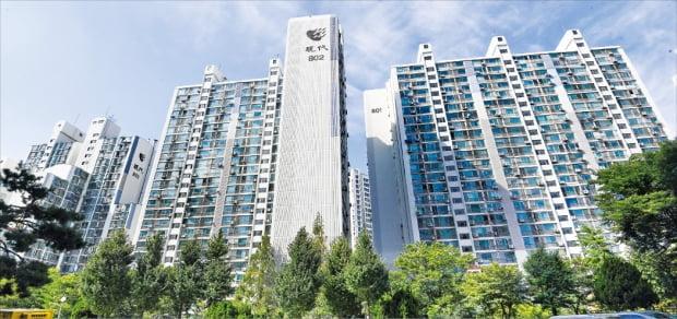 새 임대차보호법 시행과 가을 이사철이 겹치면서 서울 아파트 전셋값이 가파르게 상승하고 있다. 이달 초 전용면적 84㎡ 전세 매물이 8억원에 신고가 거래된 광장동 현대8단지.  강은구  기자 egkang@hankyung.com