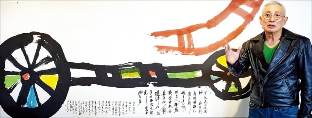 하석 박원규가 JCC아트센터에 전시된 서예 작품 '舟車(주거)'에 대해 설명하고 있다. 舟는 갑골문체, 車는 동파문자체로 썼다.   서화동 선임기자