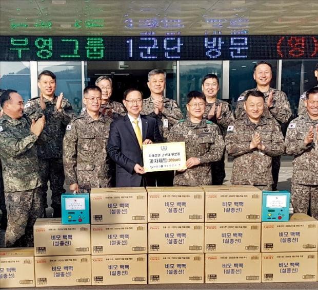 지난 1월  부영그룹 관계자가 육군 1군단에 설 위문품을 전달한 뒤 기념사진을 찍고 있다. 부영 제공