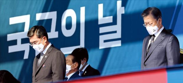 문재인 대통령과 서욱 국방부 장관(왼쪽)이 25일 경기 이천에서 열린 국군의 날 기념식에서 묵념하고 있다.  /이천=허문찬  기자  sweat@hankyung.com