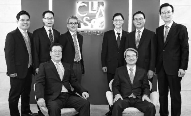 앞줄에 황찬현(왼쪽)·남영찬 대표변호사, 뒷줄 왼쪽부터 김상순·강동세·박혁·홍성칠·하용득·손왕석 파트너변호사. 법무법인 클라스 제공