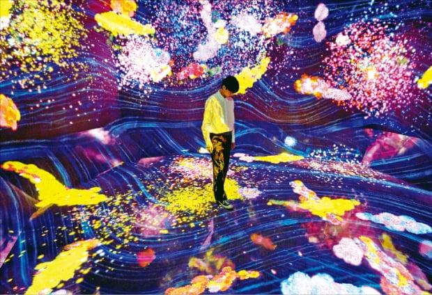 서울 동대문디자인플라자(DDP)에 전시 중인 디지털 미디어아트 창작집단 팀랩(teamLab)의 '꿈틀대는 골짜기의 꽃과 함께 살아가는 생물들'.  문화창고 제공