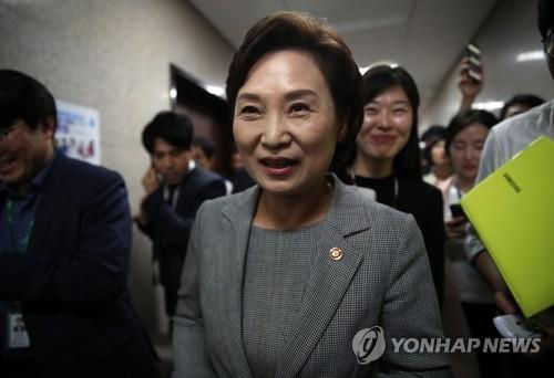 최장수 기록 세우는 김현미 국토부 장관…집값은 잡을까