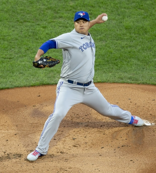 <YONHAP PHOTO-0844> Toronto Blue Jays starting pitcher Hyun-Jin Ryu throws during the first inning of a baseball game against the Philadelphia Phillies, Saturday, Sept. 19, 2020, in Philadelphia. (AP Photo/Laurence Kesterson)/2020-09-20 07:47:29/ <저작권자 ⓒ 1980-2020 ㈜연합뉴스. 무단 전재 재배포 금지.>