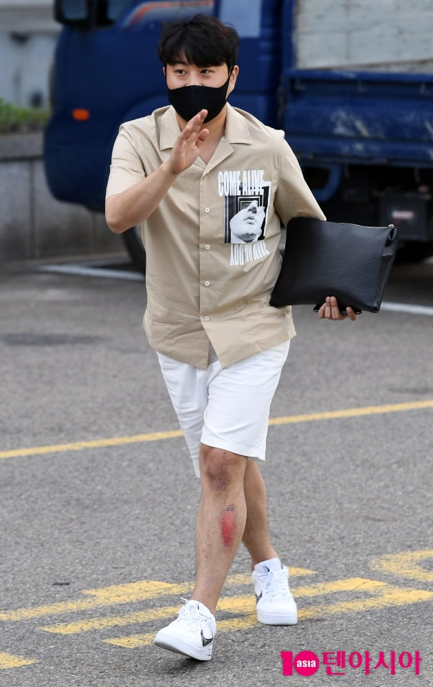 [TEN 포토] 김호중 '다리 다쳤어요'