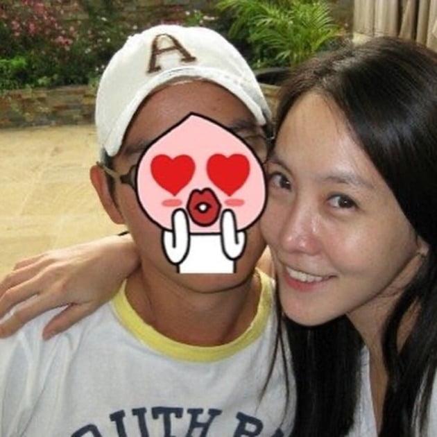 """김정은, ♥남편과 뽀뽀 셀카 """"코로나로 생이별""""→살짝 공개된 남편 얼굴"""