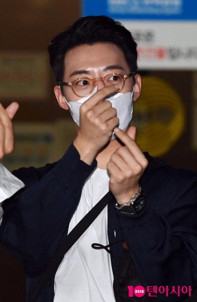 [TEN 포토] 레떼아모르 박현수 '하트 두개 받으세요~'