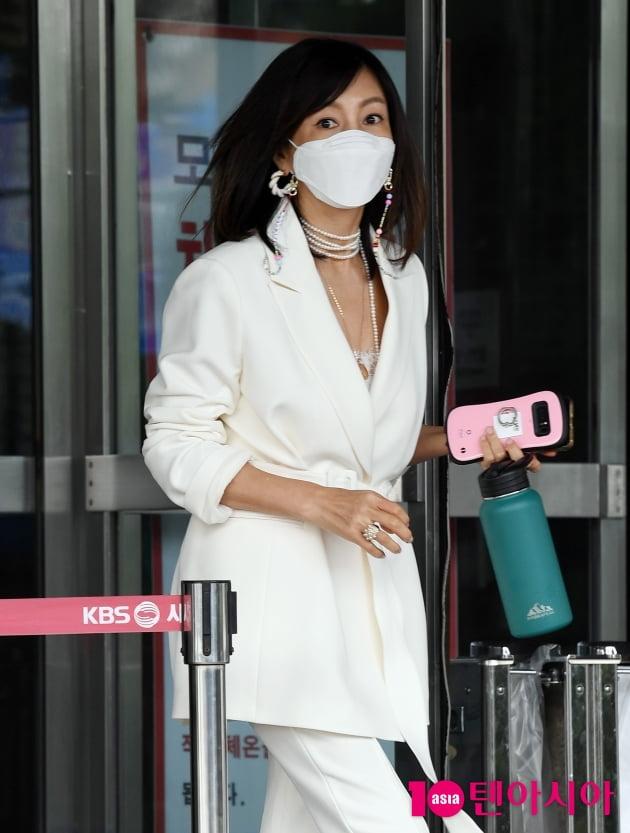 [TEN 포토] 황신혜 '커피는 텀블러에 '