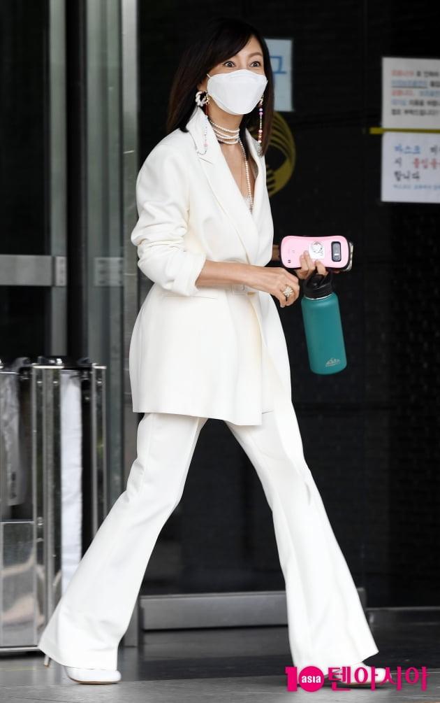 [TEN 포토] 황신혜 '핑크를 사랑하는 휴대폰'