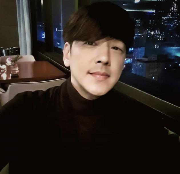 [스타탐구생활] '재혼후 근황공개' 류시원, '여전히 달달한 비주얼'(TEN컷)