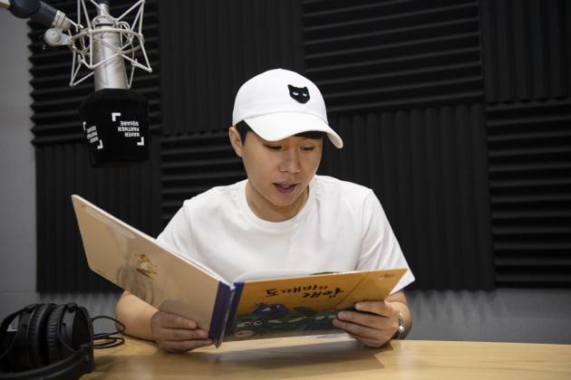 양세형이 녹음을 앞두고 동화책을 읽고 있다. /이승현 기자 lsh87@