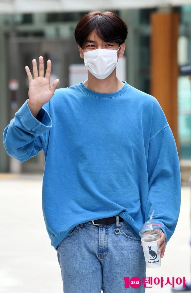 [TEN 포토] 노지훈 '트롯남신의 손 인사'