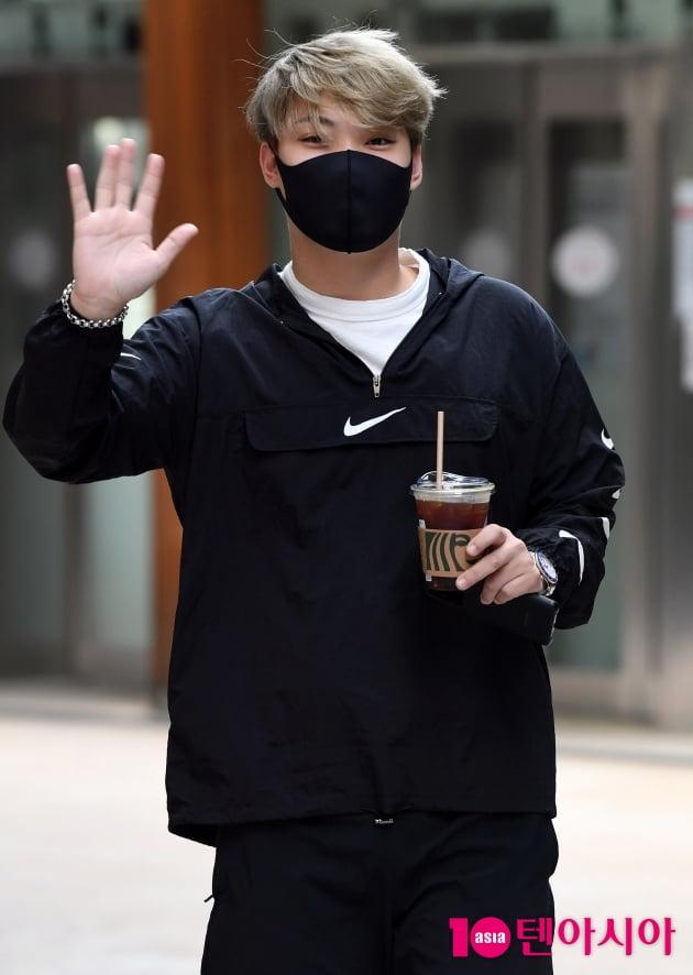 [TEN 포토] 김경민 '시원한 커피와 함께한 출근길'