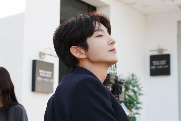 tvN 수목드라마 '악의 꽃'에서 과거를 숨기고 신분을 바꾼 금속공예가 백희성 역으로 열연한 배우 이준기. /사진제공=나무엑터스