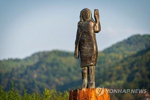 """슬로베니아에 허접한 멜라니아 동상 또 세워져…""""이번에는 청동"""""""