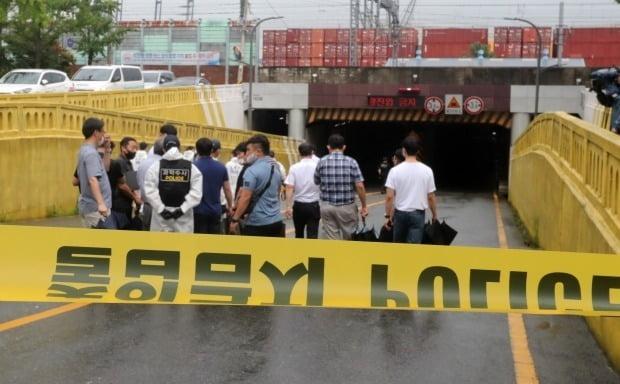 지난 7월23일 폭우로 침수돼 3명의 사망자가 발생한 부산 초량 제1지하차도 현장감식에 나서는 경찰 관계자들. /사진=연합뉴스
