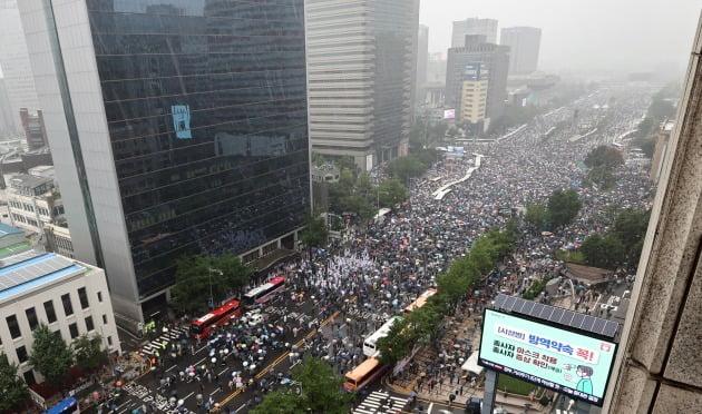 지난달 15일 서울 세종대로에서 사랑제일교회·자유연대 등 정부와 여당 규탄 집회 참가자들이 길을 가득 메우고 있는 모습. 사진=연합뉴스
