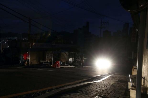 제9호 태풍 '마이삭'이 부산에 상륙한 3일 부산 부산진구 전포동 일대에 정전으로 거리가 캄캄한 모습.(사진=연합뉴스)
