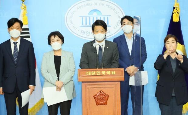 더불어민주당 의원들이 지난 14일 국회 소통관에서 이른바 '조두순 재발 방지법' 제정 촉구 기자회견을 열었다. / 사진=연합뉴스