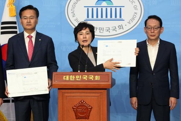 """""""추미애 아들, 휴가기간 PC방서 '롤' 게임"""" 폭로"""
