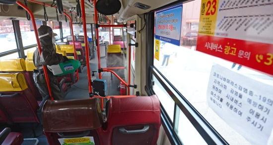 지난달 27일 오후 광주 광산구 한 버스 운수업체 차고지에서 업체 관계자들이 운행을 마치고 들어오는 버스를 소독하고 있다.사진=뉴스1