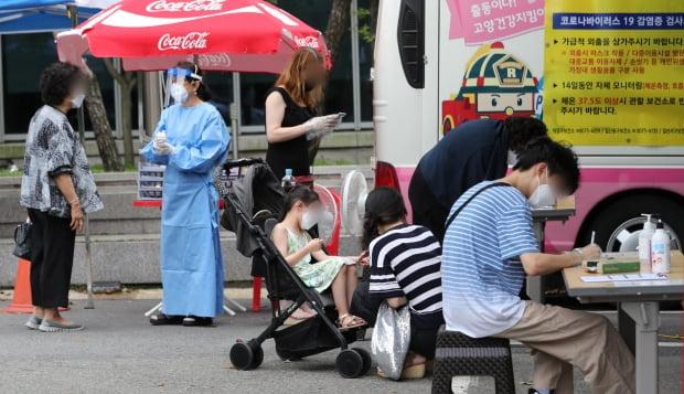 지난 달 31일 일산동구 보건소에 마련된 선별진료소를 찾은 시민들이 검사를 기다리고 있다. 사진=뉴스1