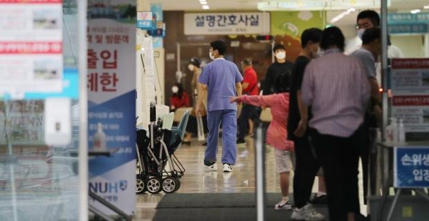 7일 오전 서울 종로구 서울대학병원에서 의료진이 분주하게 움직이고 있다. 사진=뉴스1