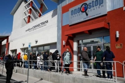 지난 3월 미국 라스베가스에서 실업수당을 청구하려는 이들이 길게 줄을 늘어서 있다. 사진=연합뉴스