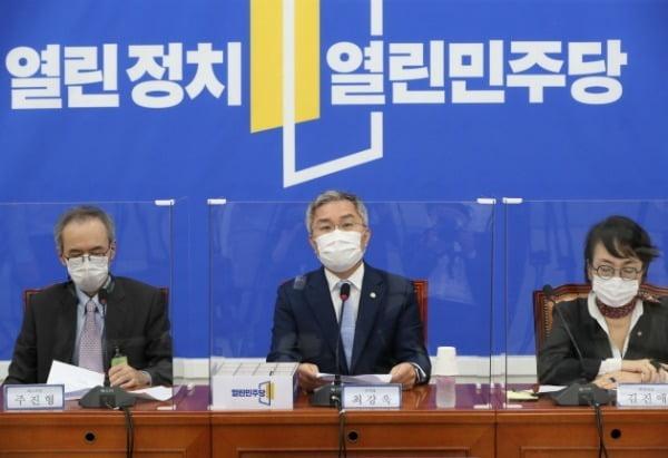 최강욱 열린민주당 대표가 지난달 16일 국회에서 열린 제4차 추경안 관련 기자회견에서 발언하고 있다. /사진=뉴스1