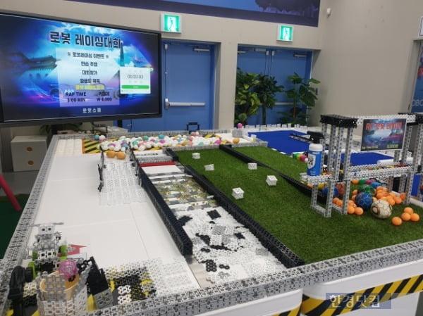 지난달 30일 경남 로봇랜드 테마파크 로봇스쿨의 모습. /사진=조준혁 한경닷컴 기자