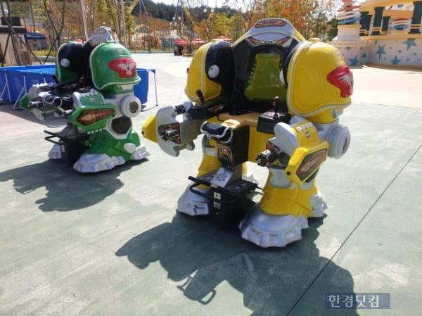 지난달 30일 경남 로봇랜드 테마파크에 체험용 로봇이 세워져 있다. /사진=조준혁 한경닷컴 기자
