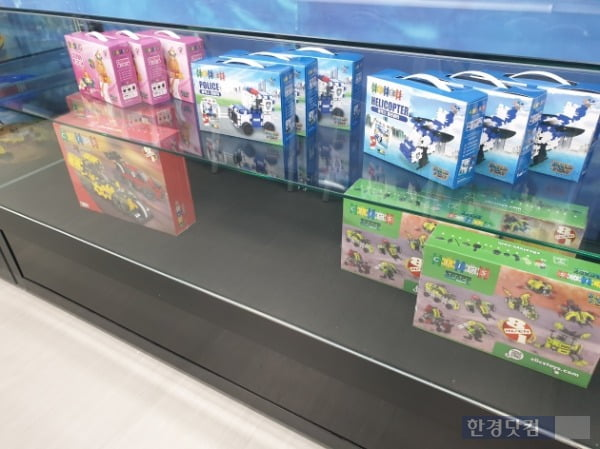지난달 30일 경남 로봇랜드 테마파크 로봇스쿨의 모습. 블록 교실에 로봇 관련 장난감들이 전시돼 있다. /사진=조준혁 한경닷컴 기자