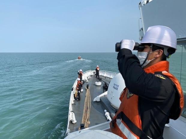 해양경찰 대원들이 3일 인천시 중구 연평도 해역에서 북한에 의해 피격돼 사망한 해양수산부 공무원 A씨(47)시신 수색을 하고 있다. /사진=뉴스1