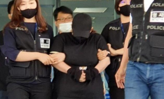 9세 아동 가방에 가둬 숨지게 한 40대 여성(가운데) 검찰 송치 모습 [사진=연합뉴스]